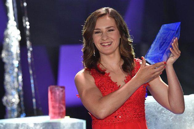 Veronika Vítková pózuje s trofejí.