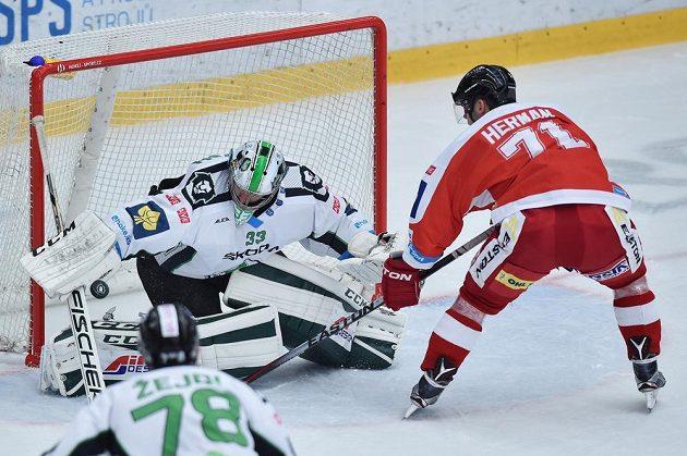 Brankář Boleslavi David Rittich a Jakub Herman z Olomouce v utkání 3. kola hokejové Tipsport extraligy.