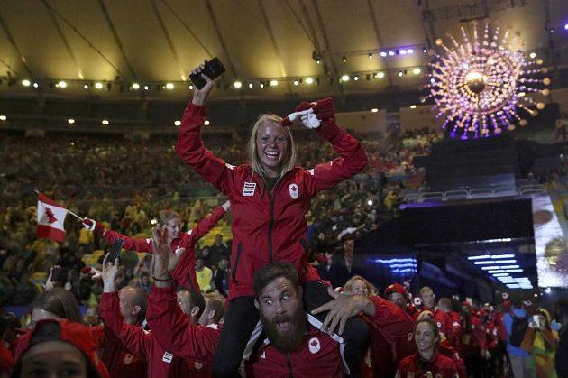 Nástup kanadských sportovců při slavnostním zakončení OH v Riu. I se zimními doplňky.