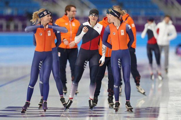 Česká rychlobruslařka Karolína Erbanová na tréninku před zahájením zimních olympijských her v jihokorejském Pchjončchangu, společnost jí dělají soupeřky z nizozemského týmu.