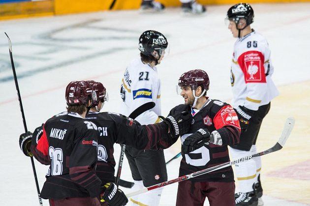 Hokejisté Sparty (zleva) Juraj Mikuš, Jiří Černoch a Brian Ihnacak oslavují gól proti Oulu.