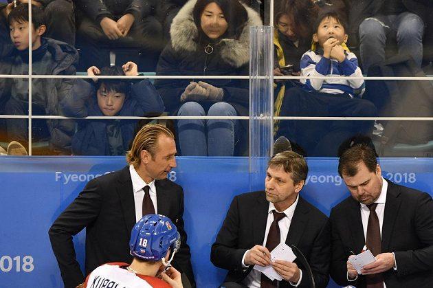 Asistent trenéra Václav Prospal (vlevo), hlavní trenér hokejové reprezentace Josef Jandač a asistent trenéra Jaroslav Špaček během utkání s Kanadou na olympijském turnaji.