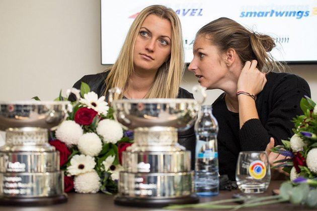 České tenistky Petra Kvitová (zleva) a Karolína Plíšková během tiskové konference po návratu z francouzského Štrasburku.