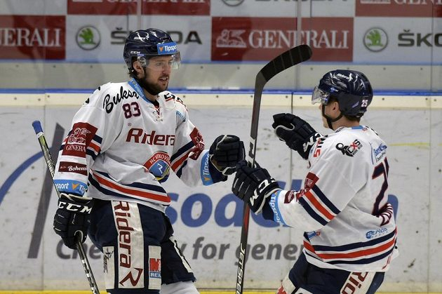Autor prvního vítkovického gólu Šimon Stránský (vlevo) se raduje se spoluhráčem Patrikem Zdráhalem