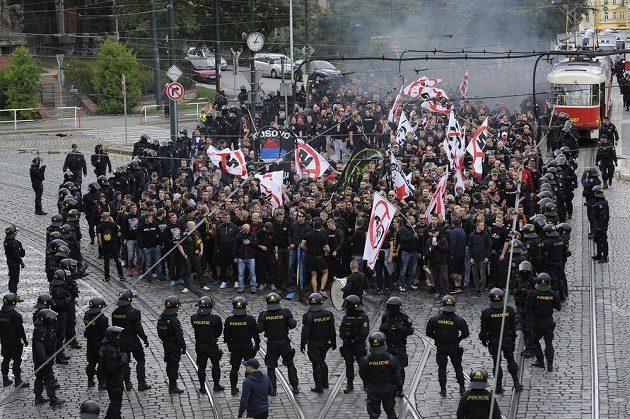 Fanoušci fotbalové Sparty pochodovali z Letné do Vršovic na prvoligové derby se Slavií. Na snímku procházejí ulicí Badeniho kolem Bílkovy vily.