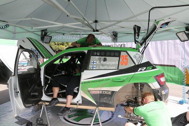 Mechanici týmu Škoda Motorsport při údržbě soutěžní Fabie R5 během Argentinské rallye.