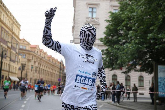 Běhání v převlecích není populární jen v Londýně. I Praha má své netradiční běžce. Muž v masce.