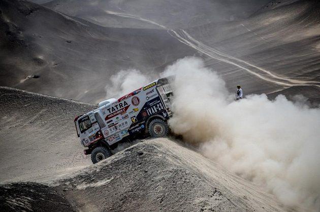 Martin Šoltys se prokousává terénem na trati Rallye Dakar.