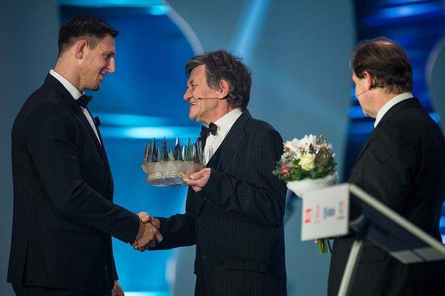 Předseda Klubu sportovních novinářů Zdeněk Pavlis (uprostřed) předává Lukáši Krpálkovi korunku pro vítěze Sportovce roku.