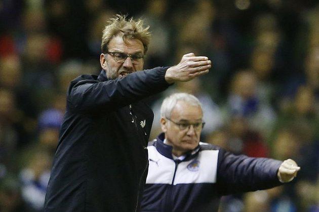 Trenéři v akci. Vlevo Jürgen Klopp z Liverpoolu, vpravo kouč Leicesteru Claudio Ranieri.