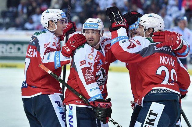 Zleva David Tomášek, Tomáš Klimenta a Filip Novák z Pardubic se radují z druhého gólu.