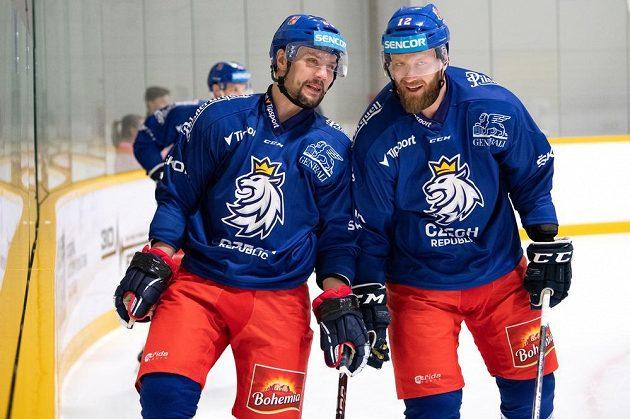 Ondřej Němec (vlevo) a Jiří Novotný během tréninku hokejové reprezentace před turnajem Channel One Cup