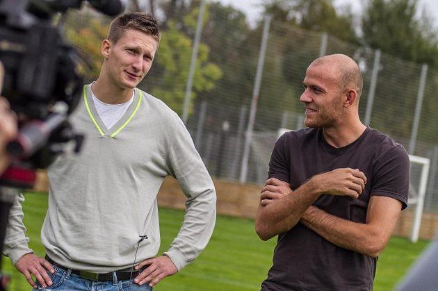 Slávista Milan Škoda (vlevo) a sparťan Roman Bednář při rozhovoru na trávníku mateřské Čafky.