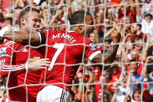 Útočníci Manchesteru United Memphis Depay a Wayne Rooney se radují z vítězné branky v utkání s Tottenhamem.