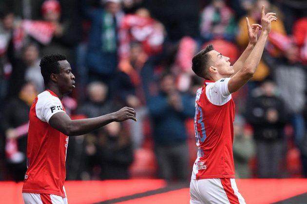 Mohamed Tijani ze Slavie Praha a Petar Musa ze Slavie Praha oslavují gól na 1:0
