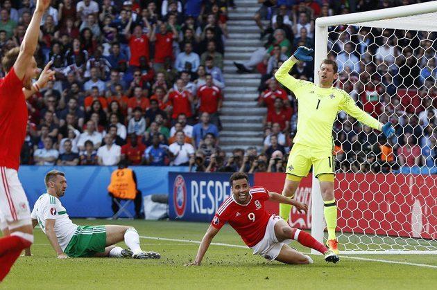 Velšan Hal Robson-Kanu (uprostřed) se raduje z vlatního gólu Garetha McAuleyho (vlevo na zemi). Vpravo zklamaný brankář Severního Irska Wayne Hennessey.