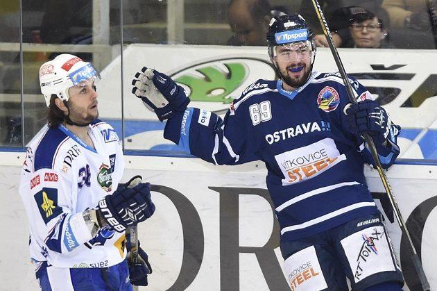 Roman Szturc z Vítkovic se raduje z gólu. Vlevo je Jan Hanzlík z Brna.