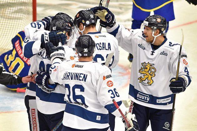 Finové se radují z rozhodujícího gólu. Vpravo je Tomi Kivistö.