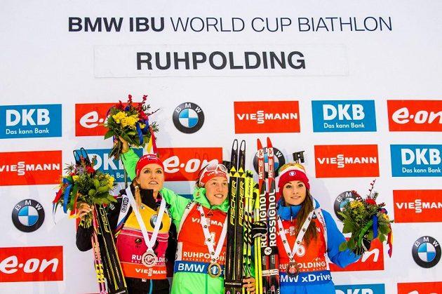 Medailistky ze stíhacího závodu v německém Ruhpoldingu. Uprostřed zlatá Němka Laura Dahlmeierová, vlevo Gabriela Soukalová a vpravo bronzová Italka Dorothea Wiererová.