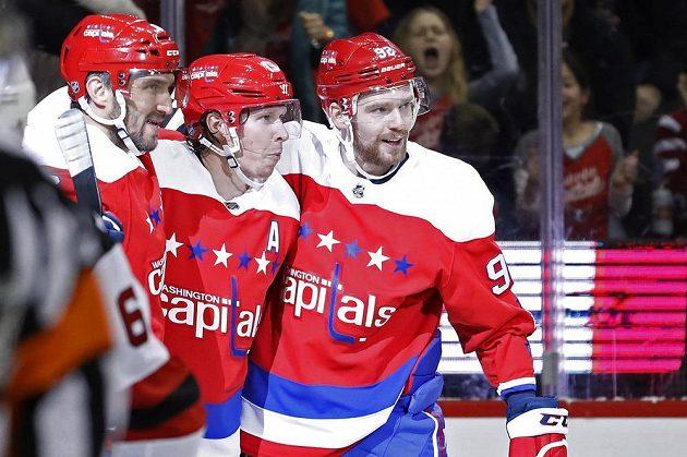 Největší hvězdy Wshingtonu se radují z branky do sítě New Jersey v utkání NHL. Zleva Rus Alexander Ovečkin, Nicklas Bäckström a Jevgenij Kuzněcov.