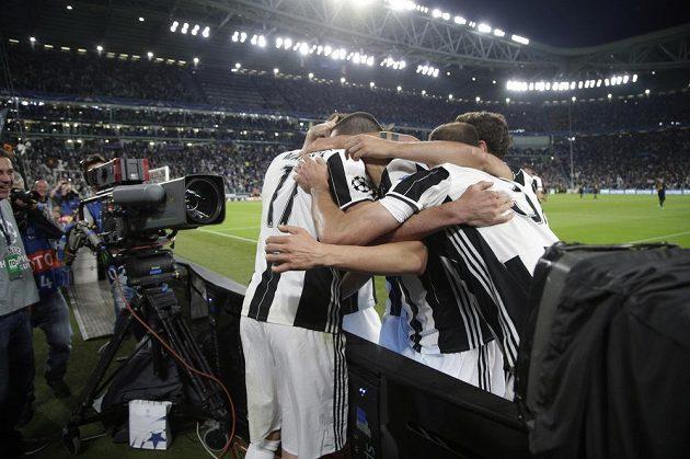 Hráči Juventusu se objímají po první brance.