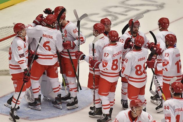 Třinečtí hokejisté se radují z vítězství.
