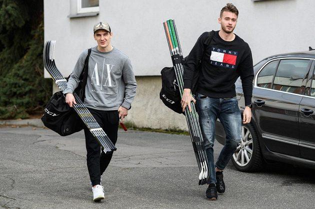 David Šťastný (vlevo) a Radim Zohorna přicházejí na sraz hokejové reprezentace před turnajem Beijer Hockey Games.