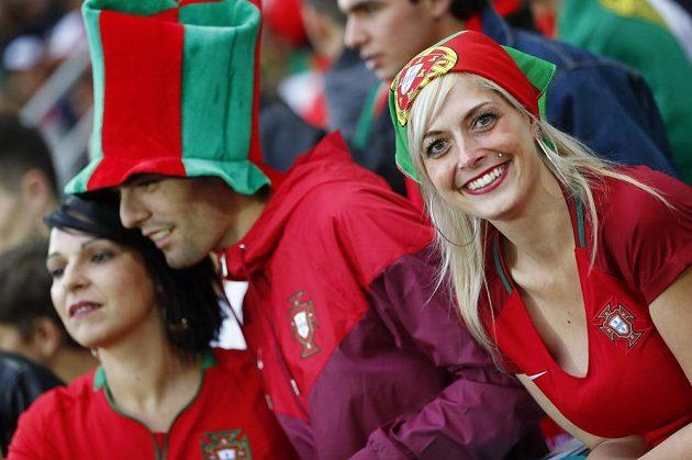 Portugalská fanynka na stadiónu v St. Étienne během zápasu s Islandem.