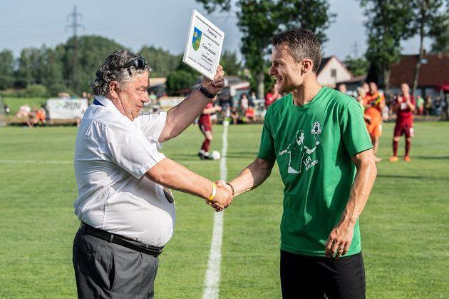 Starosta Olešníku Jaroslav Pavlica předává Davidovi Lafatovi čestné občanství. Bývalý sparťanský kanonýr se loučil s profesionální kariérou.