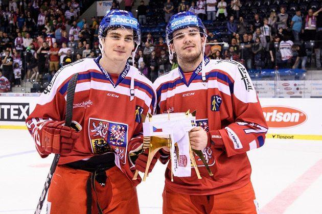 David Tomášek (vlevo) a Martin Kaut s trofejí za vítězství v turnaji Carlson Hockey Games.