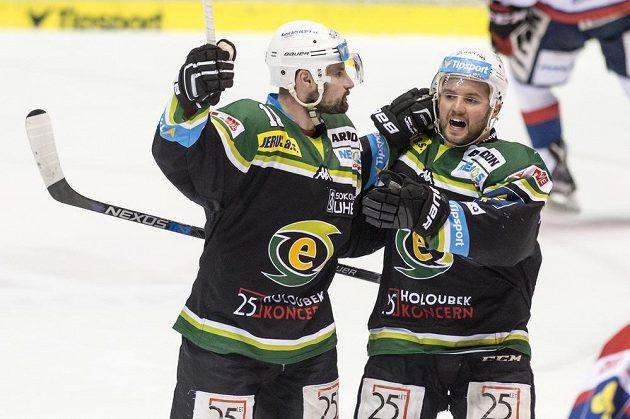Karlovarští útočníci Rudolf Huna (vlevo) a Tomáš Rohan se radují z gólu proti Pardubicím.