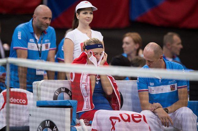 Zklamaná Petra Kvitová a kapitán Petr Pála po prohraném zápasu s Marií Šarapovovou ve finále Fed Cupu v Praze.
