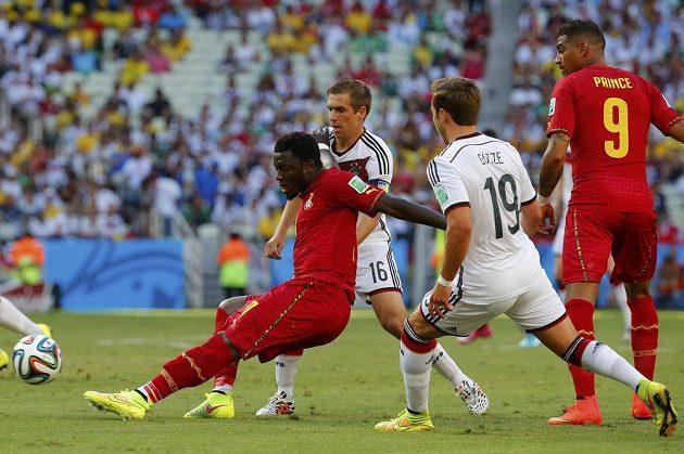 Ghanský záložník Muntari (vlevo) bojuje o míč s Němcem Lahmem během utkání skupiny G na MS v Brazílii.