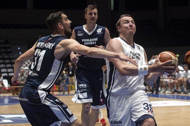 Zleva basketbalisté Tomáš Satoranský a Radek Nečas, vpravo bývalý házenkář Filip Jícha.