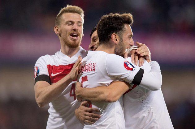 Fotbalisté Turecka oslavují gól proti Čechům.