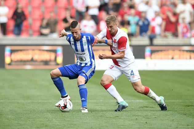 Obránce Slavie Jakub Jugas atakuje mladoboleslavkého Jiřího Fleišmana v utkání 5. kola HET ligy.