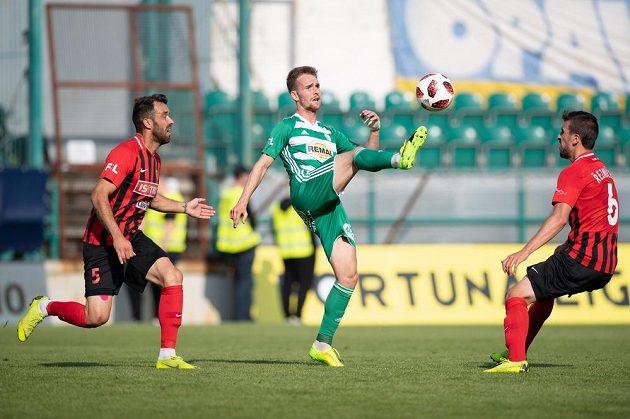 Jan Žídek z Opavy, Jan Záviška z Bohemians a Jan Řezníček během utkání ligové nadstavby ve skupině o záchranu.
