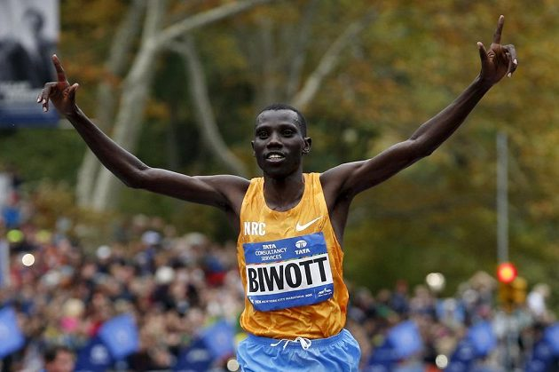 Stanley Biwott z Keni při triumfu v Newyorském maratónu.