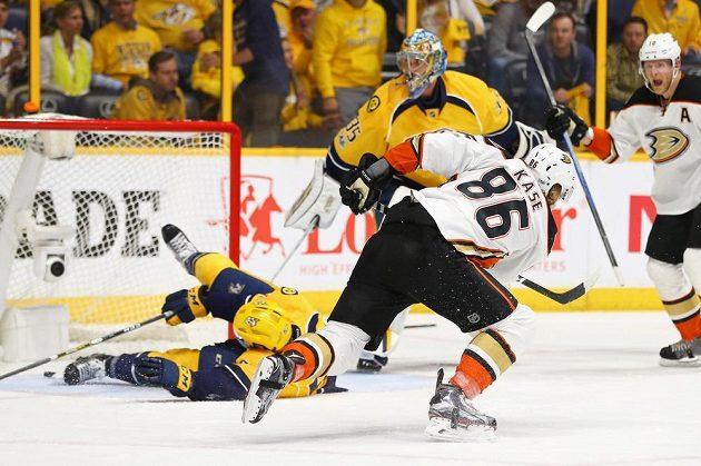 Český hokejista Ondřej Kaše se trefil na ledě Nashvillu, ale jeho Anaheim prohrál zápas 3:6. Postup do finále Stanley Cupu si zajistil tým Predators.