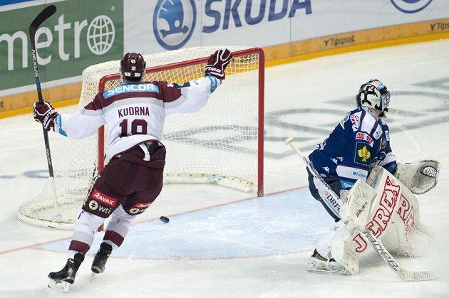 Andrej Kudrna ze Sparty se raduje z gólu. Vpravo brněnský brankář Marek Čiliak.
