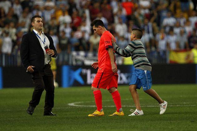 Po bezbrankové remíze se v Málaze na Messiho ještě sápal tento mladý příznivec.
