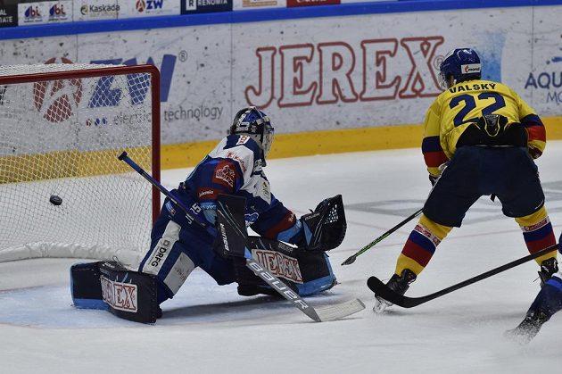 Českobudějovický útočník Jakub Valský střílí gól do sítě Komety Brno během hokejové extraligy.