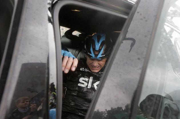 Christopher Froome opouští letošní Tour a nastupuje do týmového vozu.