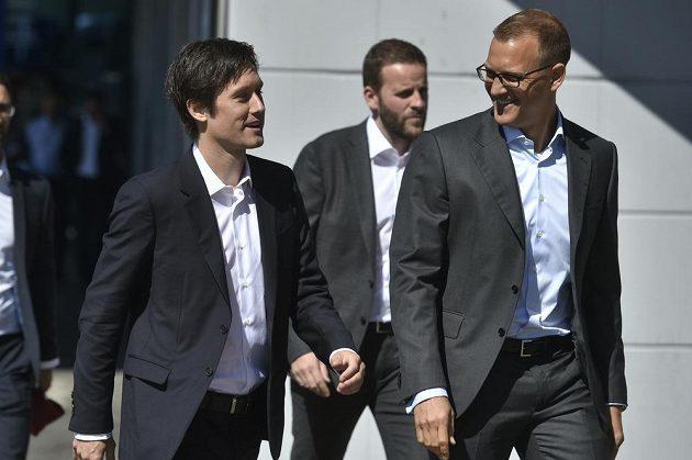 Známá tvář je zpátky na Letné - záložník Tomáš Rosický (vlevo) a sparťanský majitel Daniel Křetínský.