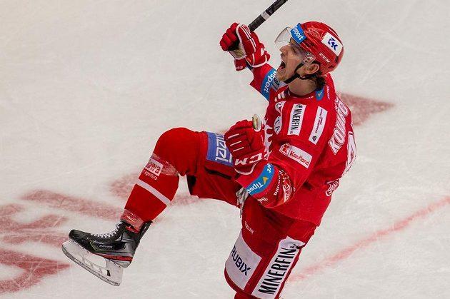 Hokejista Michal Kovařčík z Třince a jeho radost.