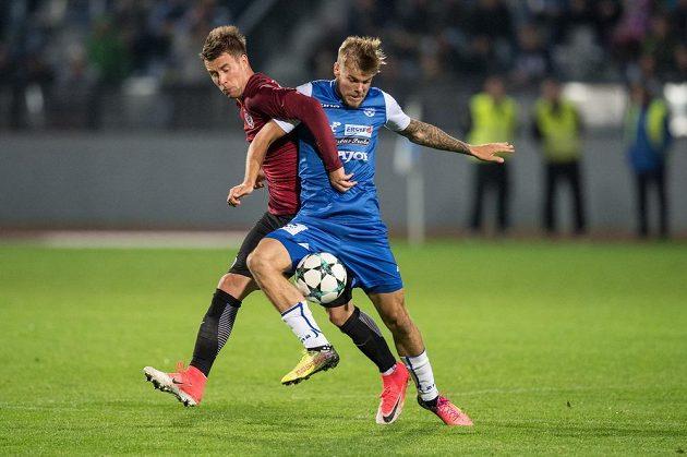 Lukáš Mareček ze Sparty Praha (vlevo) v souboji s Janem Hladíkem ze Znojma během utkání 3.kola MOL Cupu. Sparta vyhrála zápas 1:0.