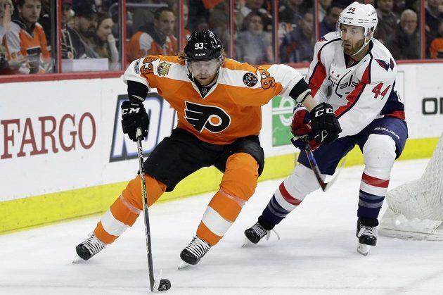 Český útočník Philadelphia Flyers Jakub Voráček (vlevo) se snaží uniknout bránícímu Brooksu Orpikovi z Washingtonu v utkání NHL. Philadelphia prohrála 1:4.