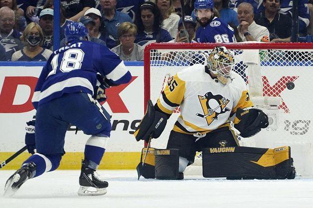 Brankýř Pittsburghu Penguins Tristan Jarry (35) si dokázal poradit s šancí českého útočníka Tampy Bay Ondřeje Paláta.