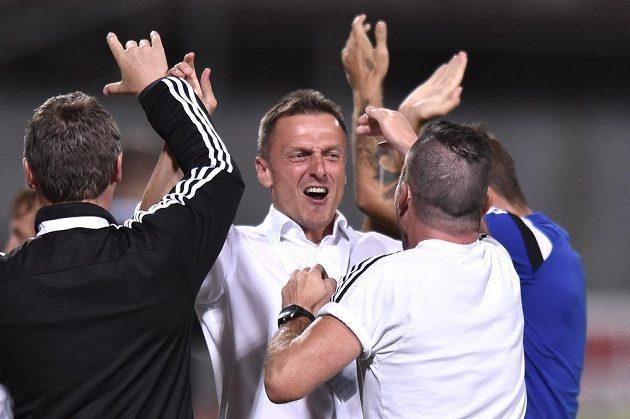 Trenér Dukly Praha Luboš Kozel (uprostřed) oslavuje gól proti Plzni.