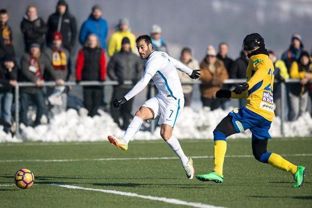 Zimní posila Sparty Néstor Albiach střílí gól na 2:0 během přípravého utkání s Teplicemi.